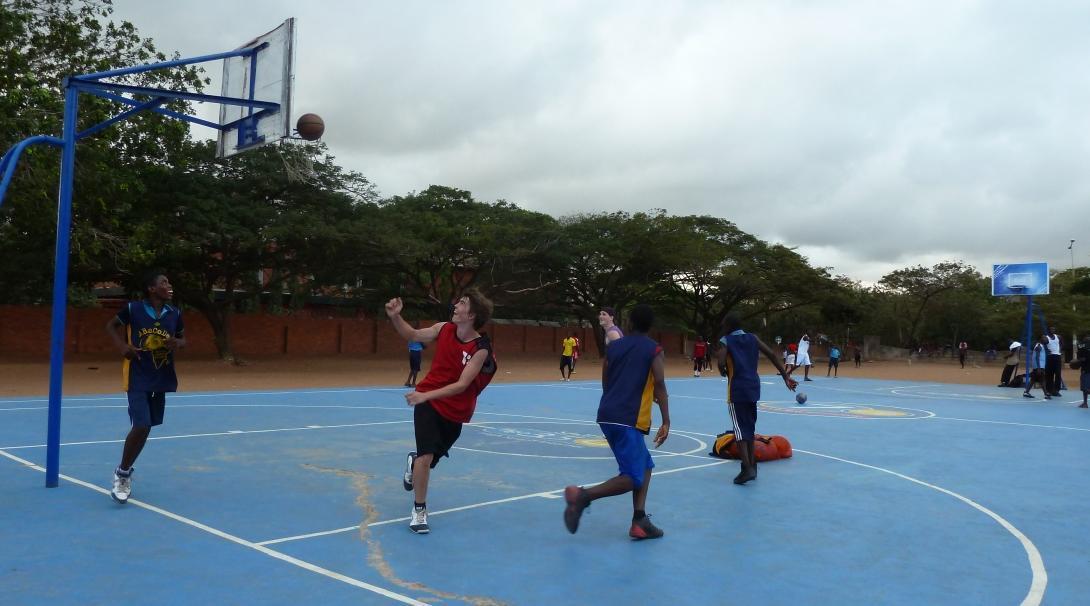 Voluntarios deportivos en un partido de baloncesto.